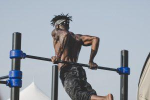 como ganar masa muscular en brazos